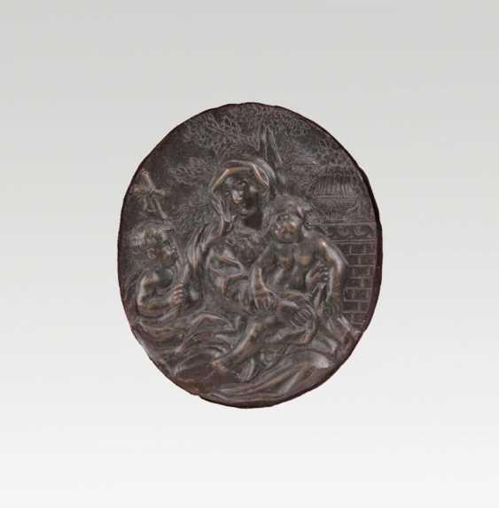 Тонкую бронзовую пластинку 'Мария с младенцем Иисусом и Иоганн мальчиков' - фото 1