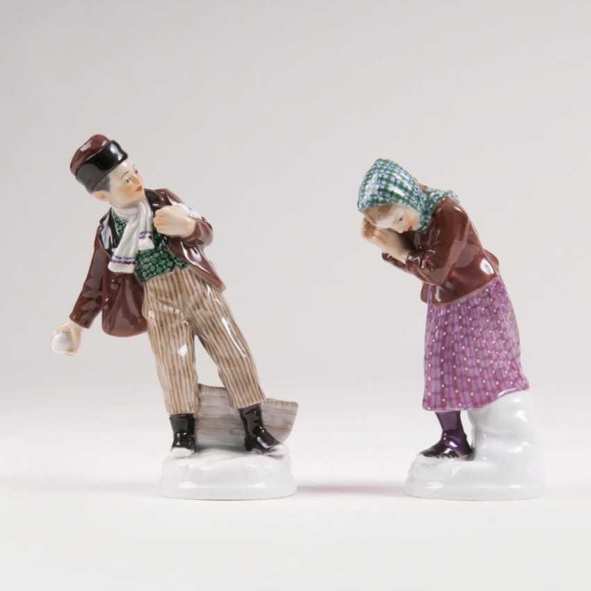 Фигурок 'мальчик, бросая снежки' и 'девушка, снежки защищаться' - фото 1