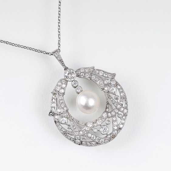 Точный модерн алмазный кулон с натуральной жемчужиной на цепочке - фото 1