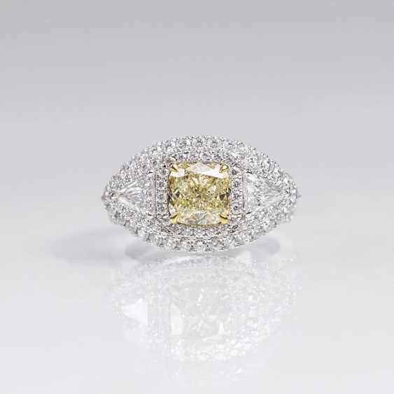 Необычные бриллиантовое кольцо с бриллиантовой отделкой - фото 1