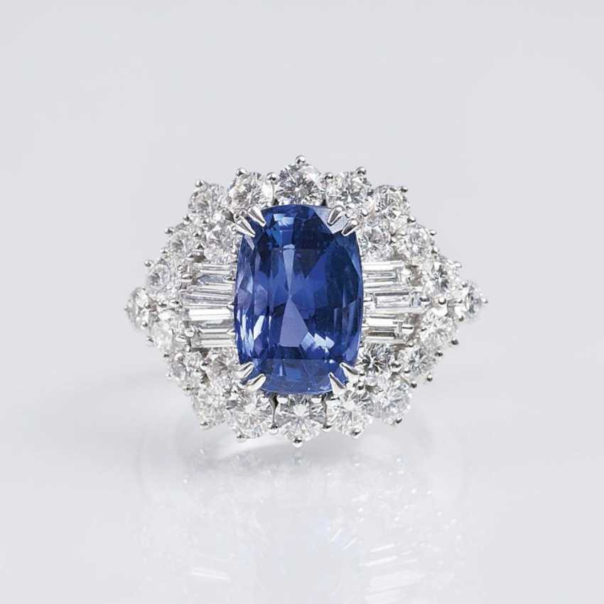 Exceptionally fine and natural Ceylon sapphire Ring set with a rich diamond trim - photo 1