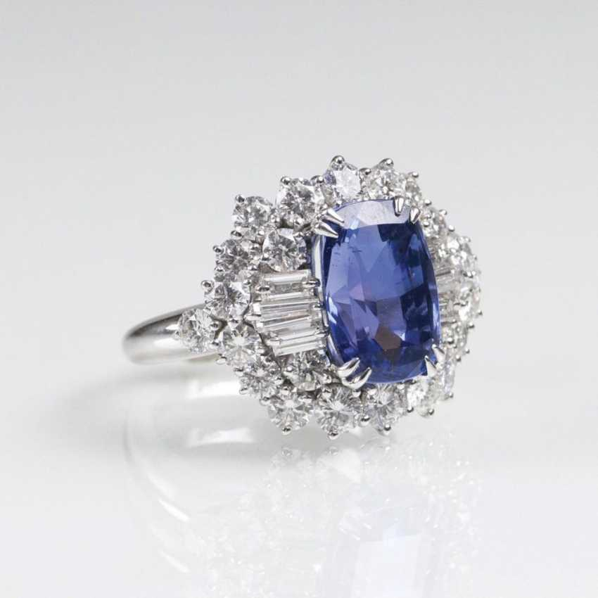 Exceptionally fine and natural Ceylon sapphire Ring set with a rich diamond trim - photo 2