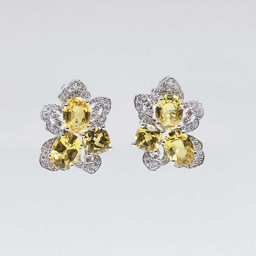 Пара тонких драгоценных камней-серьги с желтыми сапфирами и бриллиантами - фото 1