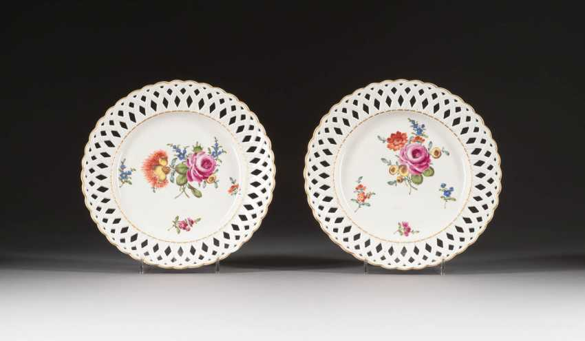 FEW BREAKTHROUGH PLATE WITH FLOWER PAINTING - photo 1