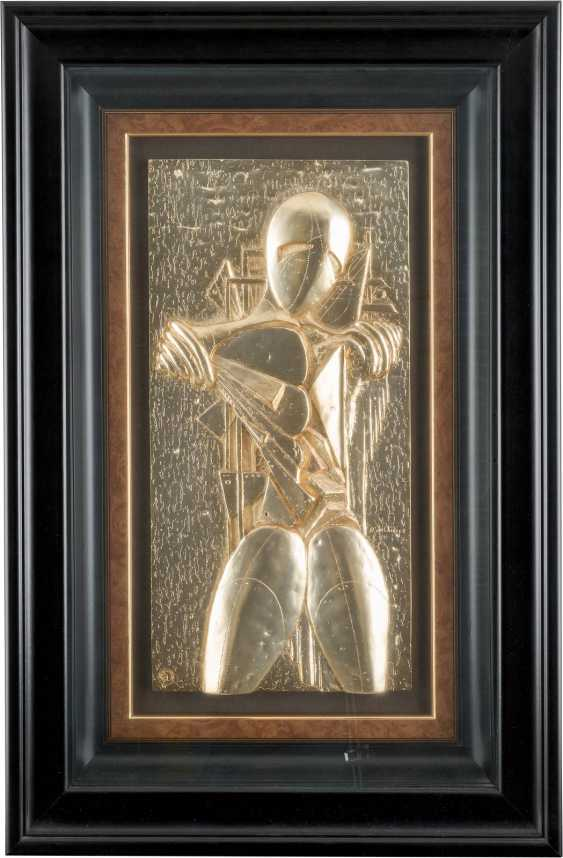 'Manichino' - homage to de Chirico Published by the 'Arte SRL, Milan, 1980s-Relief, gold-plated (24K), behind glass framed. 60 x 30 cm. In the bottom left of copy number '98/299'. - photo 1