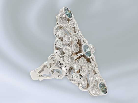Ring: extremely attractive wrought gold ring with brilliant trim and blue diamonds, approx. 2,28 ct, 18K white gold - photo 3