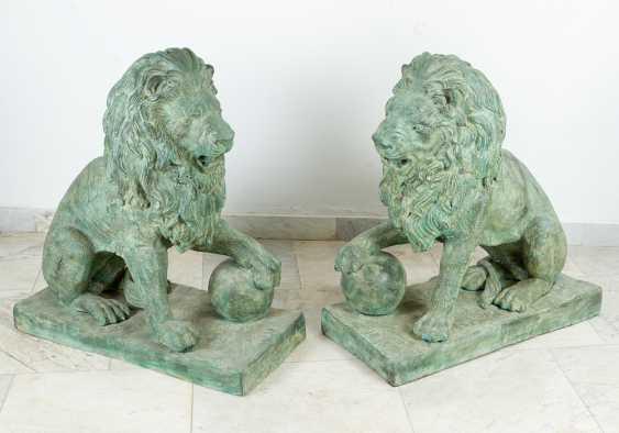 Paar große bronze-Löwen in sitzender position mit dem ball in der Pfote auf rechteckigen Basen integriert - Foto 1