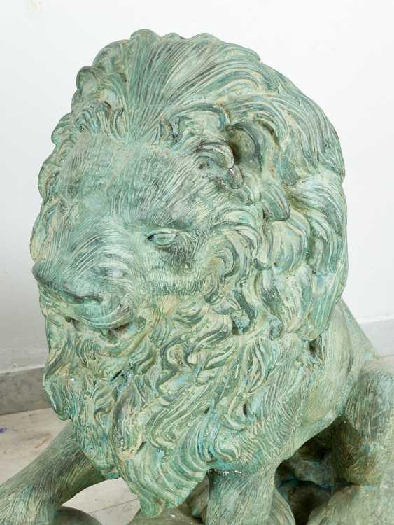 Paar große bronze-Löwen in sitzender position mit dem ball in der Pfote auf rechteckigen Basen integriert - Foto 2