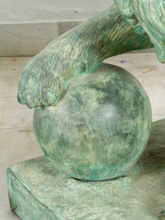 Paar große bronze-Löwen in sitzender position mit dem ball in der Pfote auf rechteckigen Basen integriert - Foto 3