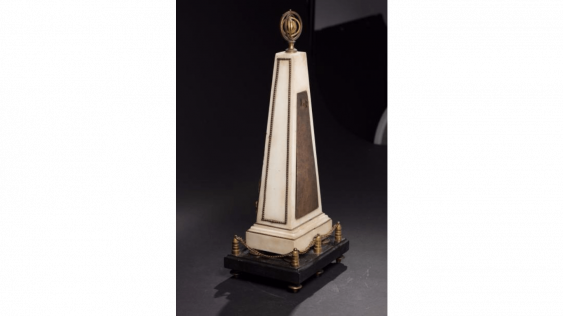 Pendulum in the shape of a pyramid in white marble and gilded bronze - photo 3