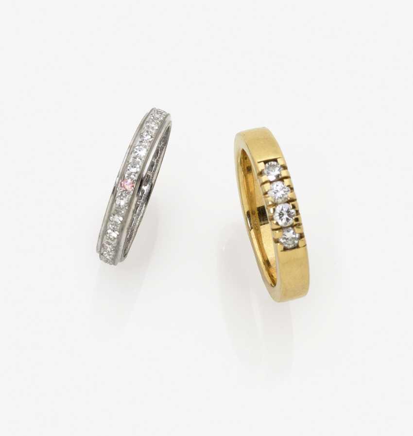 Пара обруч серьги, два кольца и лента памяти кольца с бриллиантами - фото 2