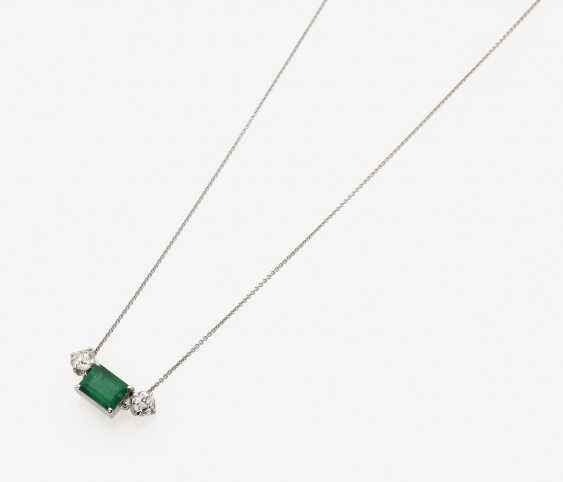 Shorty necklace with an emerald and diamonds - photo 1