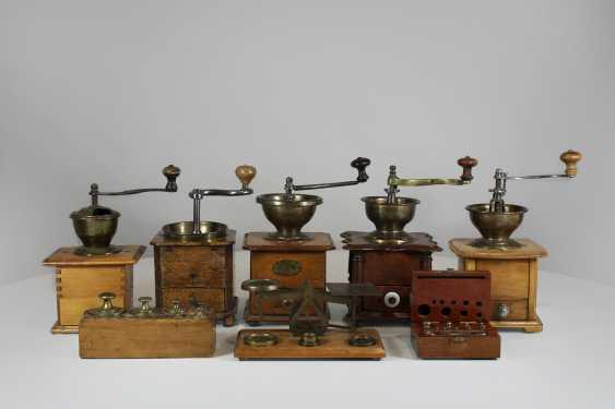 Извитых канальцев. 5 античная кофемолки. Маятниковые весы с Весами 4 на деревянный пол - латунь, Англия - фото 1