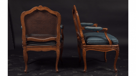 Pair of armchairs cannés shape eventful with decoration of foliage and flowers. Stamped out of Nicolas Heurtaut, carpenter received a master in 1753 - photo 2