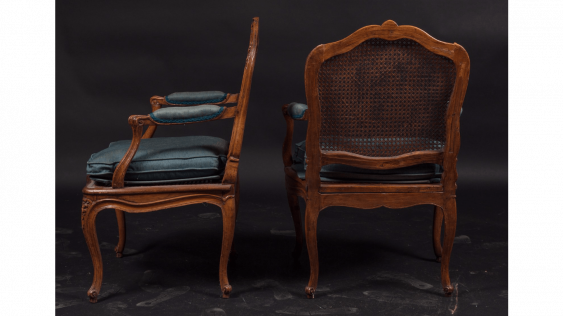 Pair of armchairs cannés shape eventful with decoration of foliage and flowers. Stamped out of Nicolas Heurtaut, carpenter received a master in 1753 - photo 3