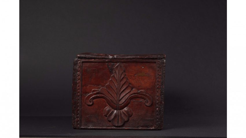 "Wood box with carved decoration of florets and foliage, stylized ; Inscribed on the lid : ""MADE BY ANTOINE(LL) (IX) 1740 "" - photo 2"