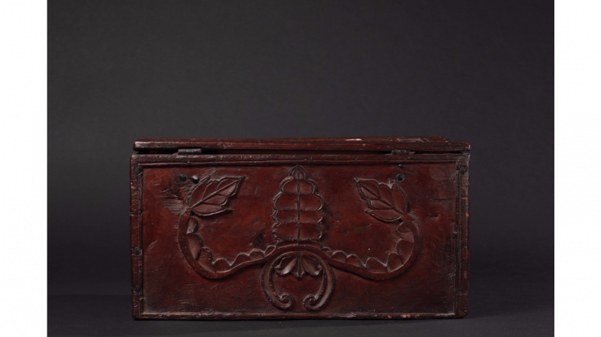 "Wood box with carved decoration of florets and foliage, stylized ; Inscribed on the lid : ""MADE BY ANTOINE(LL) (IX) 1740 "" - photo 3"