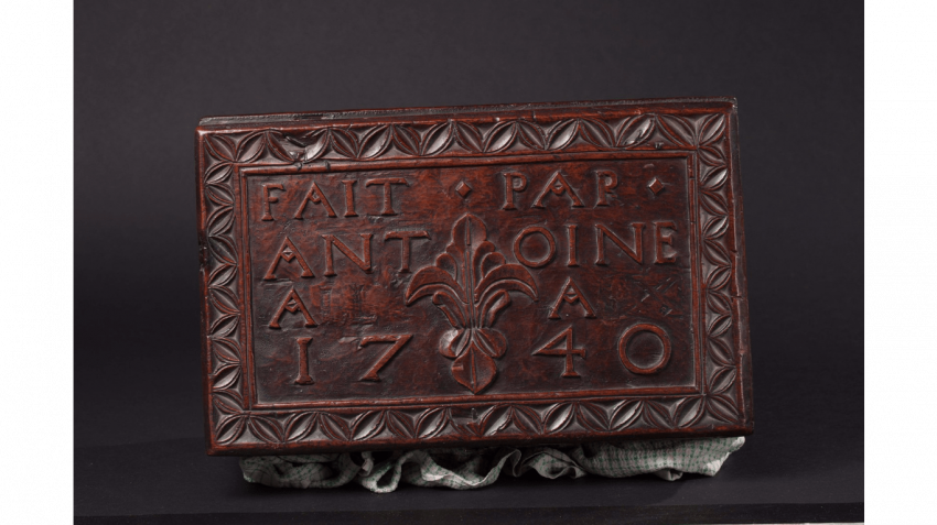 "Wood box with carved decoration of florets and foliage, stylized ; Inscribed on the lid : ""MADE BY ANTOINE(LL) (IX) 1740 "" - photo 4"