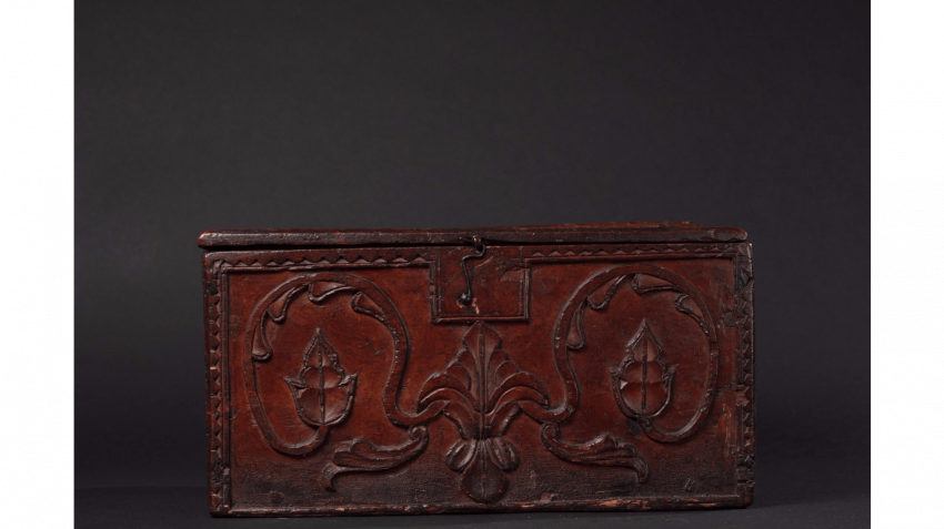 "Wood box with carved decoration of florets and foliage, stylized ; Inscribed on the lid : ""MADE BY ANTOINE(LL) (IX) 1740 "" - photo 5"