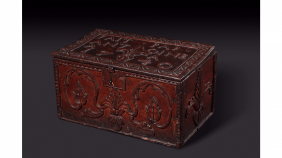 "Wood box with carved decoration of florets and foliage, stylized ; Inscribed on the lid : ""MADE BY ANTOINE(LL) (IX) 1740 "" - photo 1"