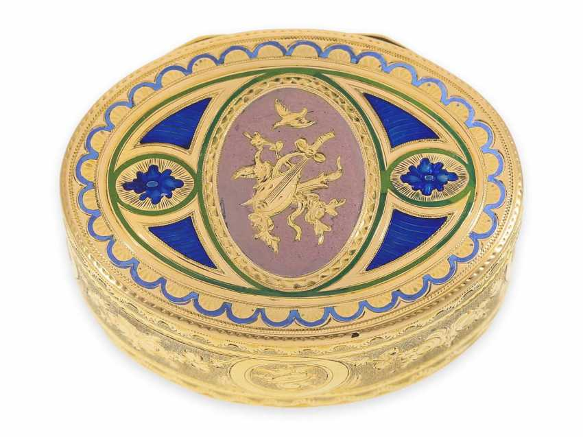 """Snuff box: a Museum, an exquisite Gold and enamel snuff box, 20K Gold, hallmark """"MC with a crown"""", CA. 1810 - photo 1"""