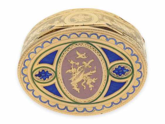 """Snuff box: a Museum, an exquisite Gold and enamel snuff box, 20K Gold, hallmark """"MC with a crown"""", CA. 1810 - photo 9"""