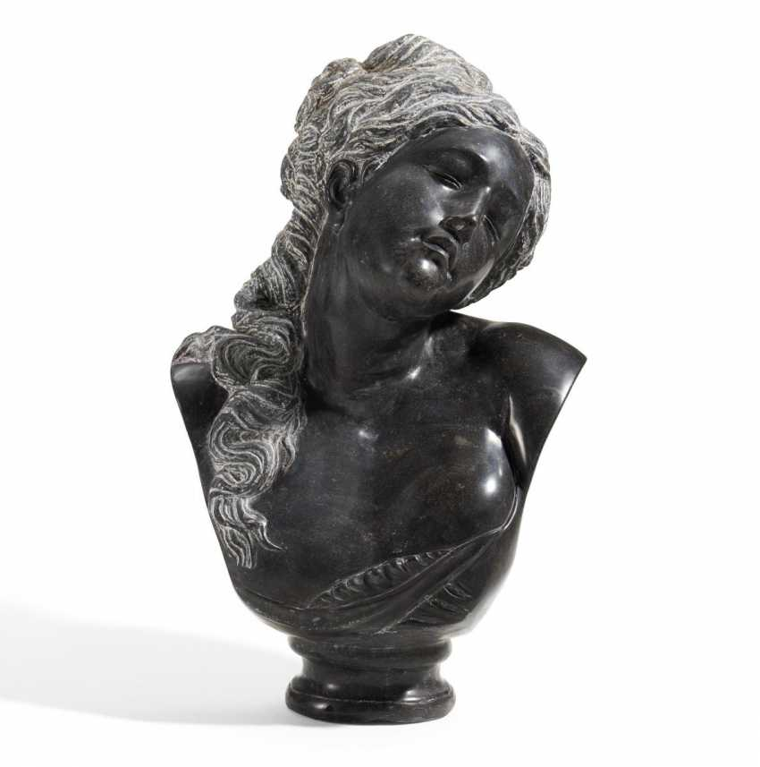 Bust of a young woman - photo 1