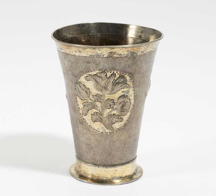Small rod mug with flower relief - photo 1
