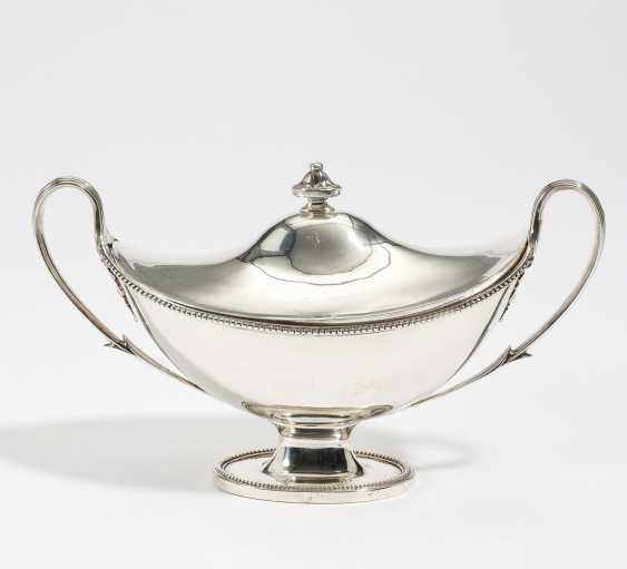 George III sauce tureen with lid - photo 1