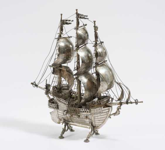 Model of a ship as a centrepiece - photo 1