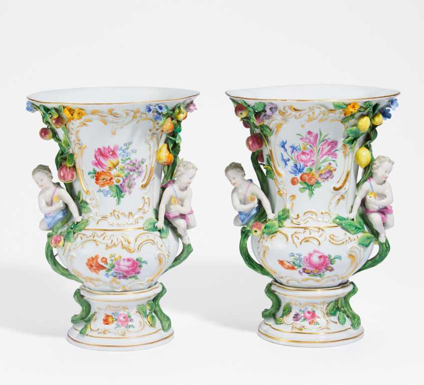 Pair of baluster vases with cupids - photo 1