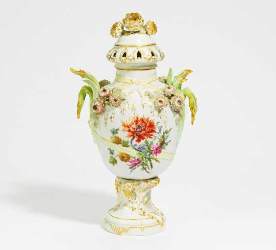 Potpourri-lidded vase with chrysanthemums - photo 1