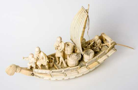 Sailing boat with 4 persons and Goods - photo 1