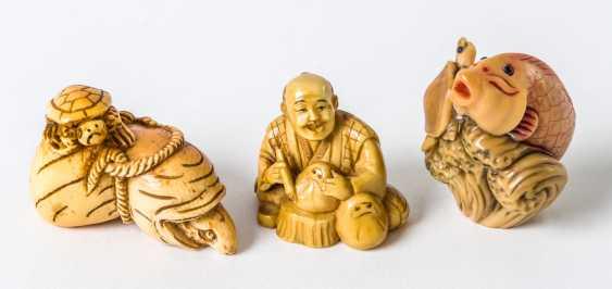 Drei Netsuke einer Schildkröte /Maus, eines Schnitzers und eines Fisches - Foto 1