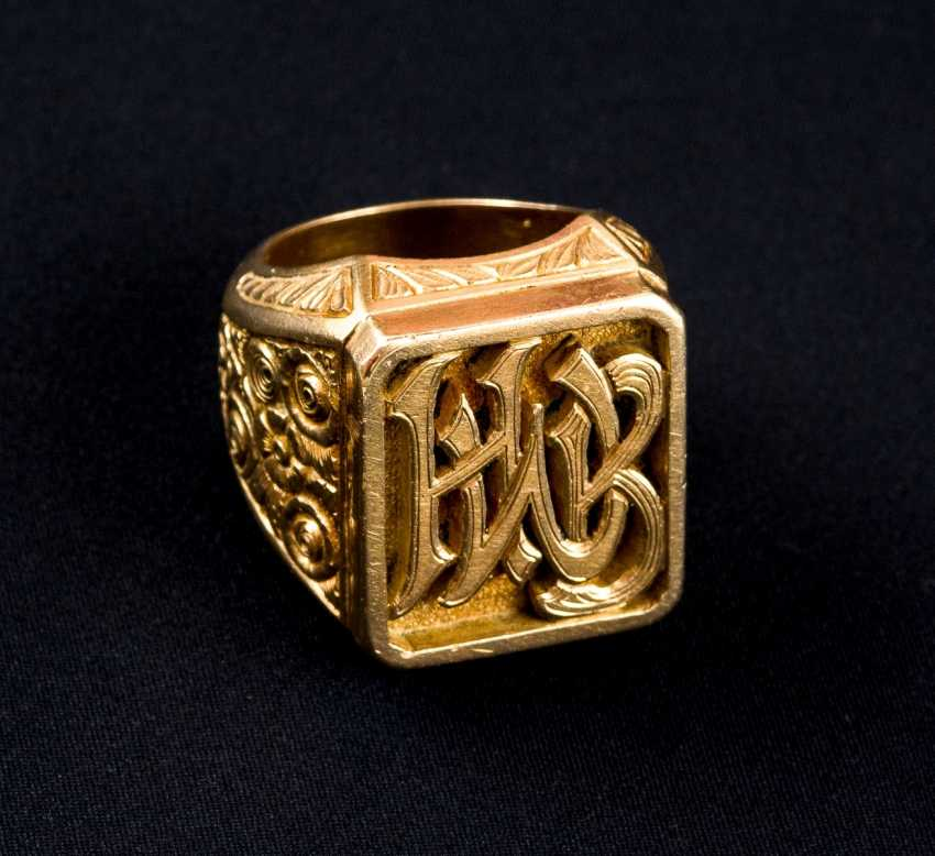 Very solid signet ring with exceptional Design - photo 1