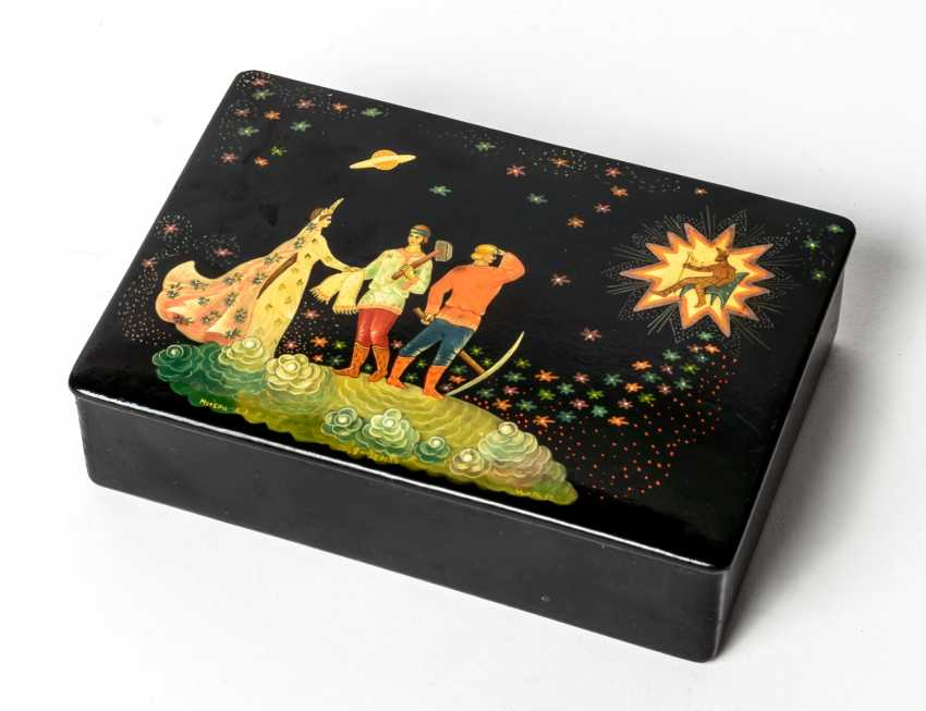 "Lacquer box with scene of ""I the earth am"" - photo 1"