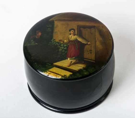 "Round lacquer box with scene of a ""Secret date"" - photo 1"