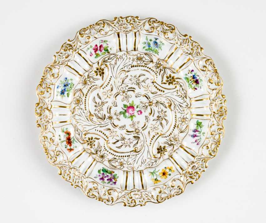 Magnificent plate with floral motifs - photo 1
