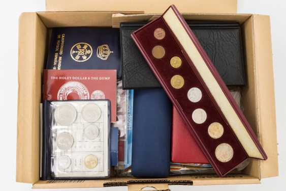 Collection estate - box of modern coins, - photo 1