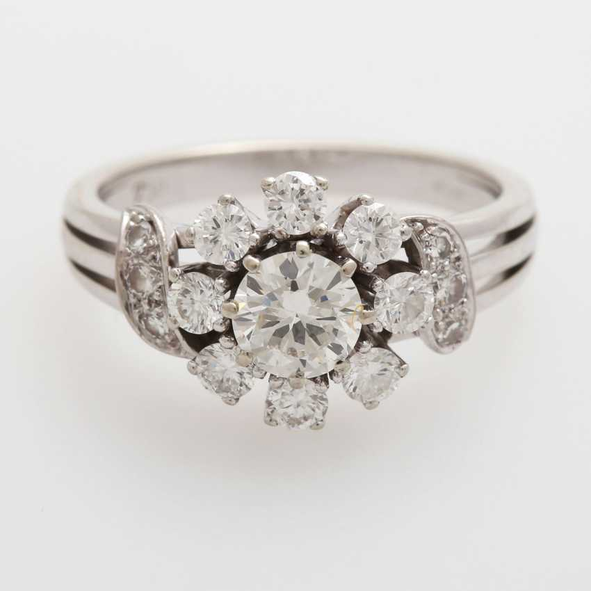 Ring bes. with 11 brilliant-cut diamonds and 4 Achtkantdiam.; - photo 1