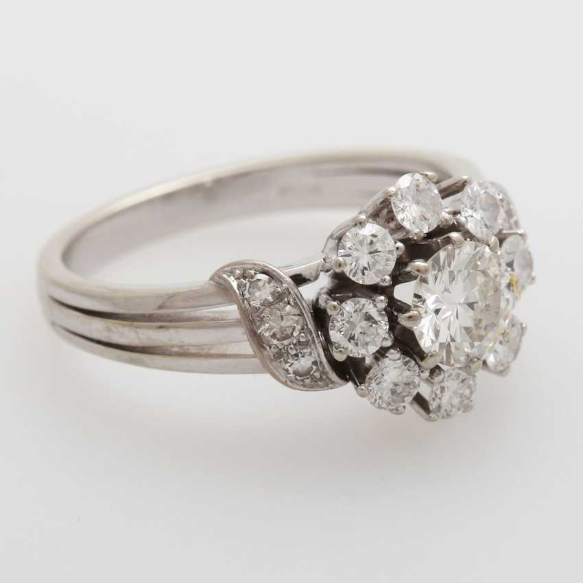 Ring bes. with 11 brilliant-cut diamonds and 4 Achtkantdiam.; - photo 2