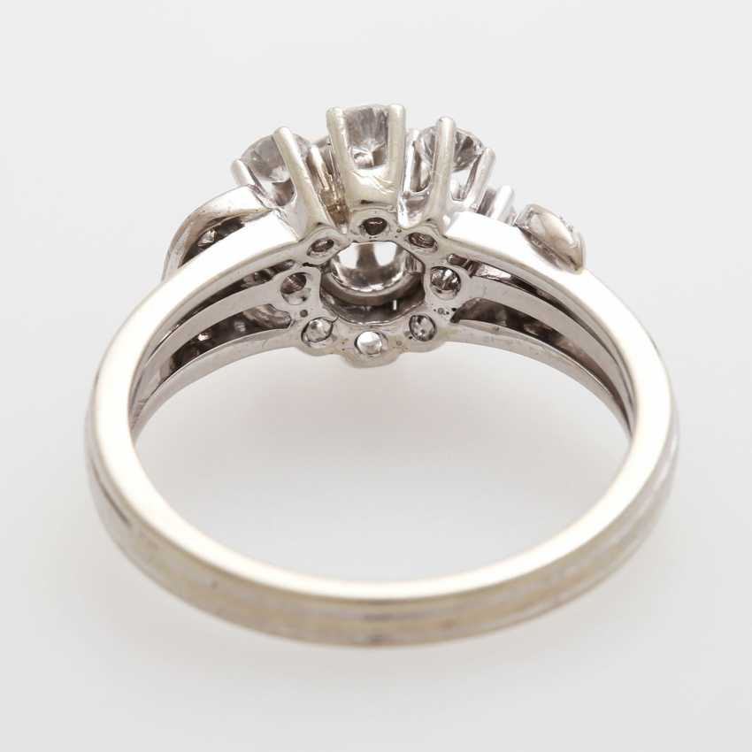 Ring bes. with 11 brilliant-cut diamonds and 4 Achtkantdiam.; - photo 3