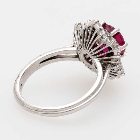 Ring with a ruby approx. a 2.7 ct. the finest quality, - photo 3