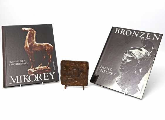 MIKOREY, FRANZ (Dessau 1907-1986 Munich), bronze relief, and 2 books, - photo 1