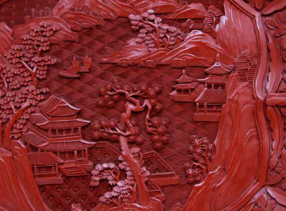Fine plates with a red carved lacquer decor. CHINA, around 1900 - photo 2