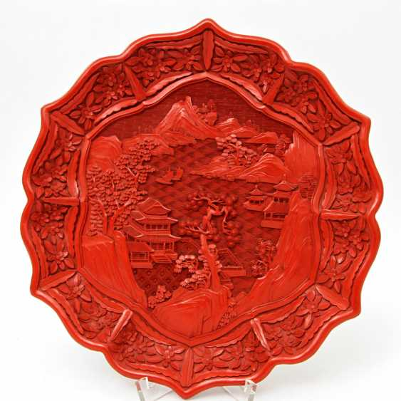 Fine plates with a red carved lacquer decor. CHINA, around 1900 - photo 6