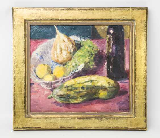 """HASSEBRAUK, ERNST (Dresden 1905-1974 ibid, Prof.), """"still life with cucumber, fruit on a dish and a bottle of wine"""", - photo 2"""