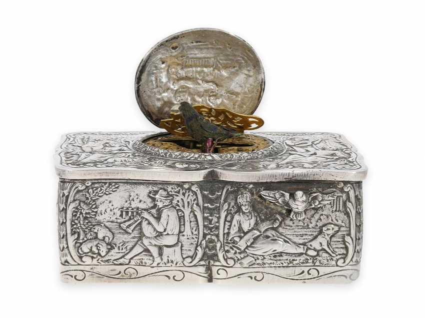 Singing bird box: a magnificent, solid silver singing bird box in the Rococo style, Karl Griesbaum, probably 1. Half of the 20. Century. - photo 1