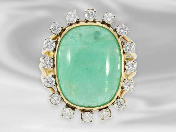 Ring: decorative, hand made vintage ladies ring with diamonds and a large emerald of approx. 14ct - photo 1