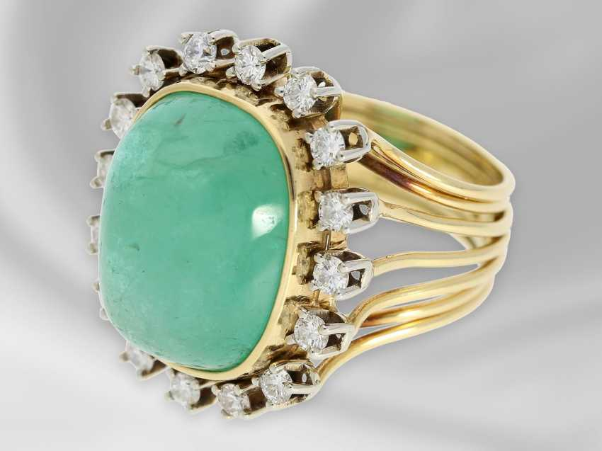 Ring: decorative, hand made vintage ladies ring with diamonds and a large emerald of approx. 14ct - photo 2